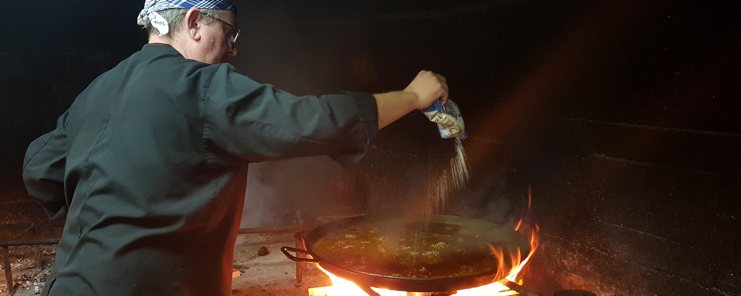 Pasqual Martorell, cocinando una paella