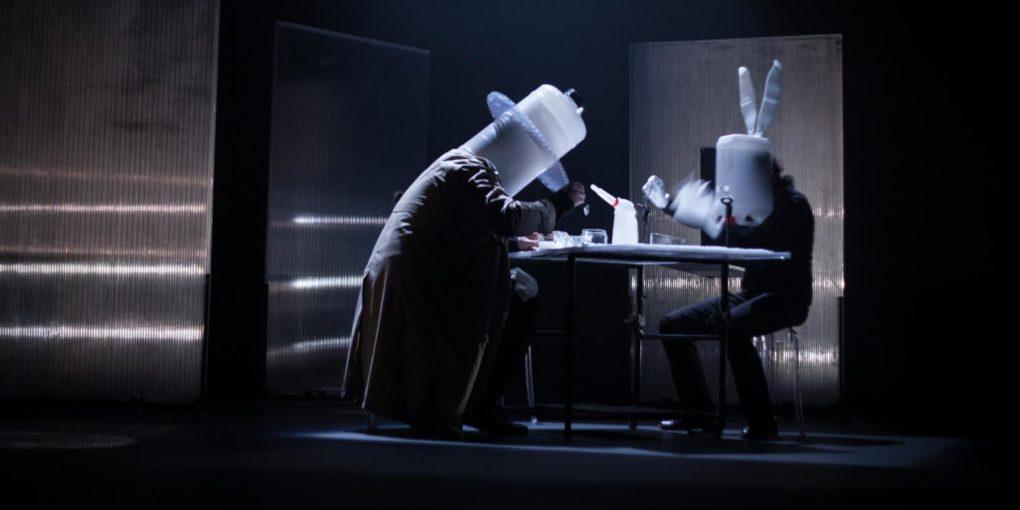 Un trasunto de sombrerero y otro de conejo blanco reflexionan frente a una taza de té   Fotografía: Rafa Márquez