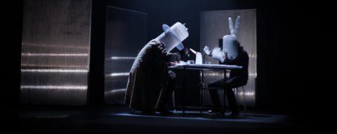 Un trasunto de sombrerero y otro de conejo blanco reflexionan frente a una taza de té | Fotografía: Rafa Márquez