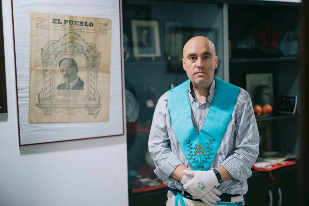Jesús López junto al periódico fundado por Blasco Ibáñez | Fotografía: Kike Taberner